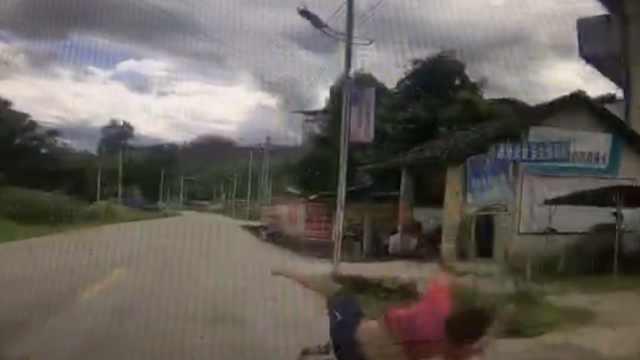 吓!男孩飞奔横过马路,被小车怼飞