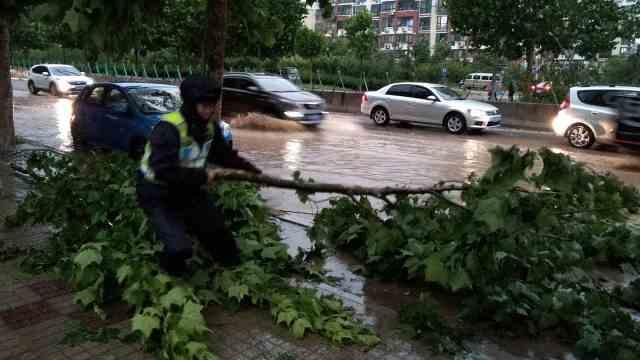 青岛暴雨:马路成河、板房被吹散