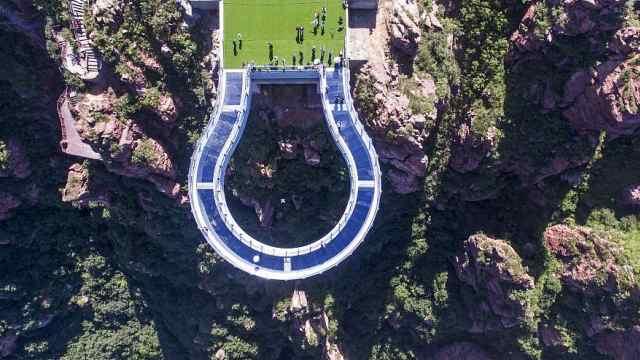 世界最长高空玻璃环廊在伏羲山建成