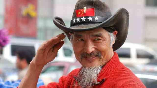支持俄罗斯!66岁中国球迷皇帝现身