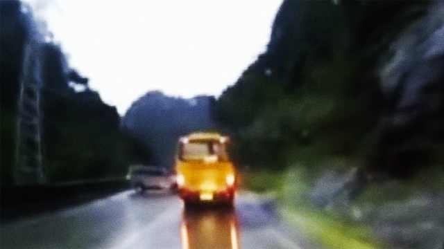 惊险!面包车弯道超客车,失控转360º