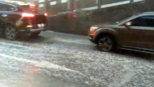 四川阿坝突降冰雹,砸得小车噼啪响