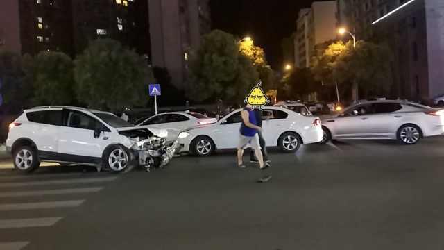 小车将路人撞飞10米后,又连撞3车