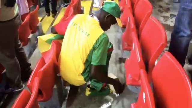 捡垃圾不止日本球迷,还有塞内加尔