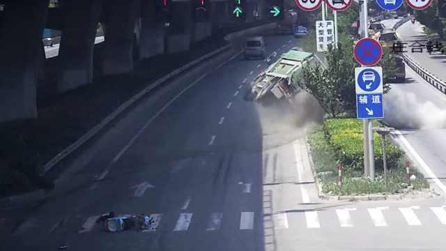 男子骑电驴无视红灯,径直怼翻货车