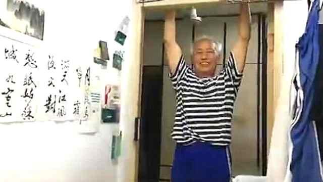 8旬老人练单杠,为照顾老伴和女儿