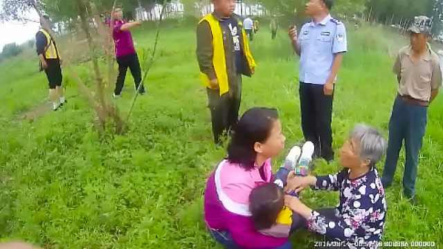 母女开三轮车坠河,民警连车带人救
