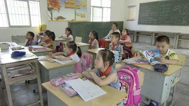 为照顾脑瘫女,母女一起上学成同桌