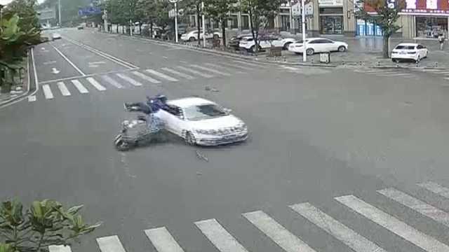 外卖小哥急送餐,路口被小车撞飞