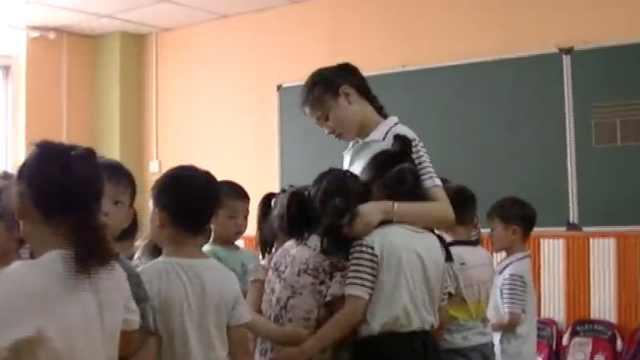 幼儿园萌娃毕业,抱着老师哭成泪人