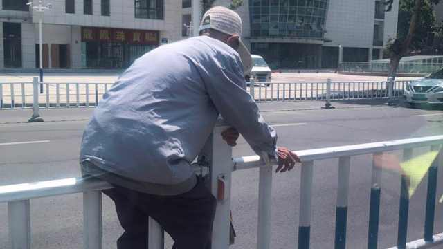 95岁大爷翻护栏,力不从心挂上面