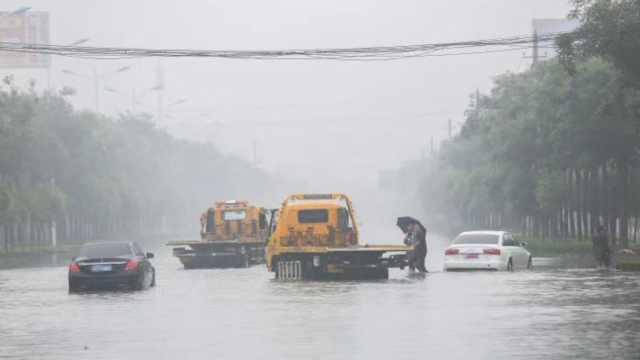 山西运城暴雨:积水过膝,行车如划船