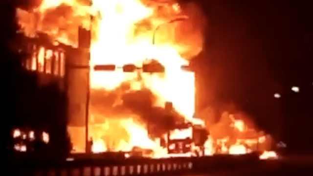 安徽2车相撞起火引燃民房,致8死4伤