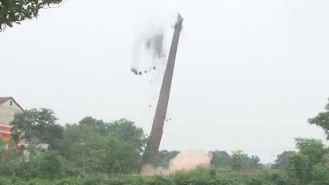 一声巨响!60余米废弃烟囱爆破成功