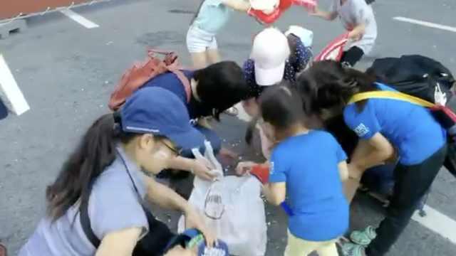 日本球迷赛后捡垃圾,小朋友也帮忙