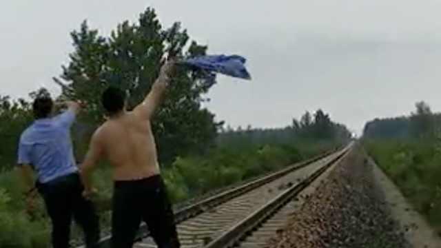 暴雨致大树倒铁轨,民警冒死拦火车