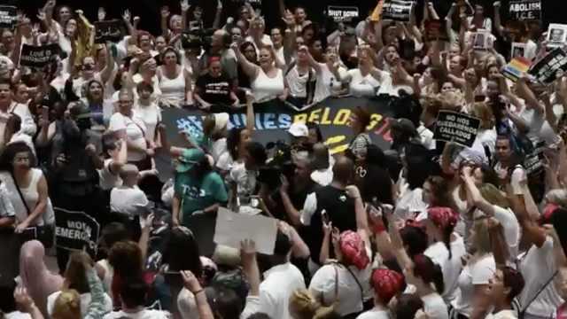 美国爆发大游行,575名示威者被捕