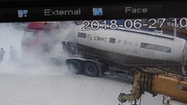 险!货车加油站着火,司机浑然不知