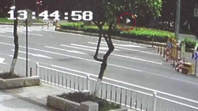 老人闯灯横奔过马路,被撞飞数米