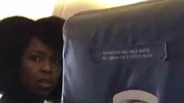 不开飞行模式,空姐将乘客赶下飞机