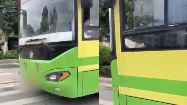 公交司机嫌脚累,开车时把脚跷窗外