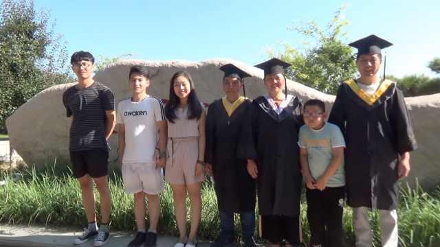 儿子毕业,父母穿学士服合影:很骄傲