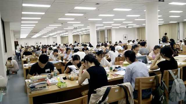 占座族挤爆高校图书馆,地上都是人