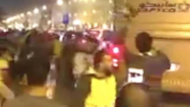 沙特队回国,球迷扔鞋子迎接