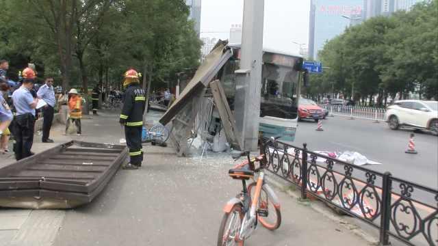 沈阳一公交车撞上站台,致多人受伤