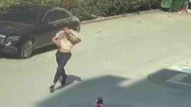 他尾随女子欲抢包,被发现后掩面逃