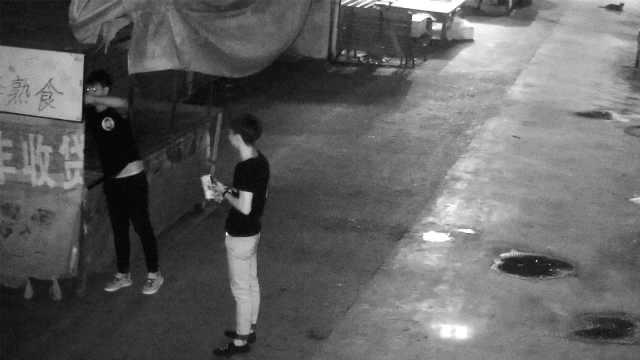2小伙昼伏夜出,沿街掉包商家二维码
