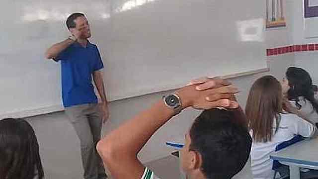 老师穷到睡教室,学生众筹约2/3月薪