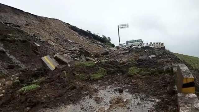 降雨致山体滑坡,青海湖一公路中断