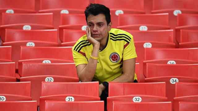 抱头痛哭!哥伦比亚球迷不舍离场