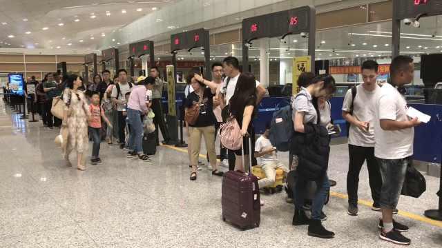 飞机爆胎航班取消,近400名旅客退关