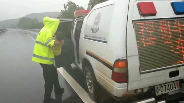 雨中车祸小女孩受伤,交警:别怕有我