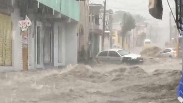 墨暴雨袭城:汽车像船一样漂在水上