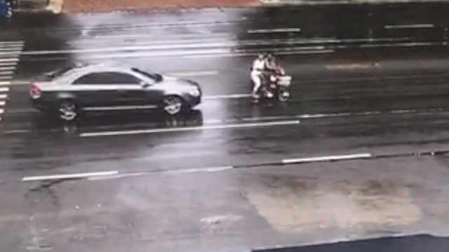 一家三代骑车被撞飞,仅1岁女幸存