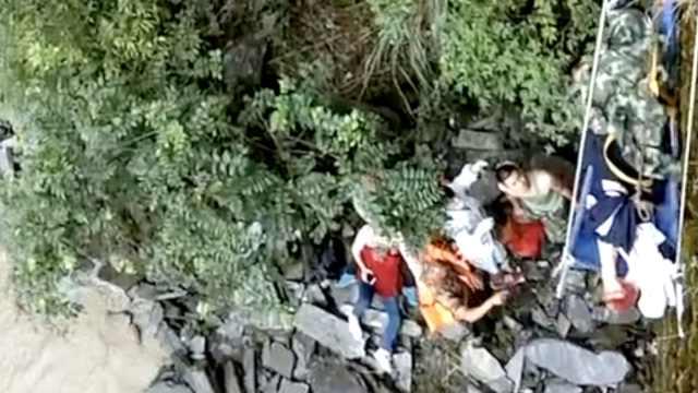 云南怒江:2游客索桥边拍照失足坠崖