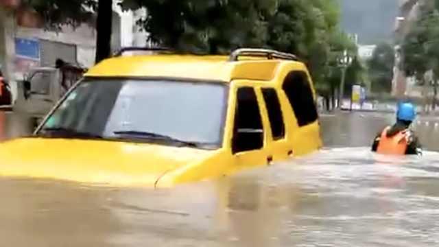 暴雨连袭陕西!街道成河,人在水中游
