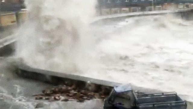 台风临近舟山嵊泗海面掀起十米巨浪