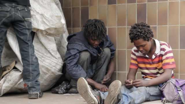 南非青年毒瘾缠身拾荒赚钱,想改变