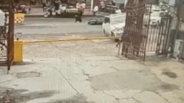小车冲上人行道撞倒夫妻,司机逃逸