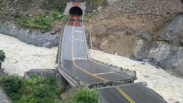 四川暴雨致山石滚落,国道桥梁垮塌