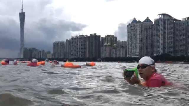 大叔横渡珠江不忘拍照:年年都28岁