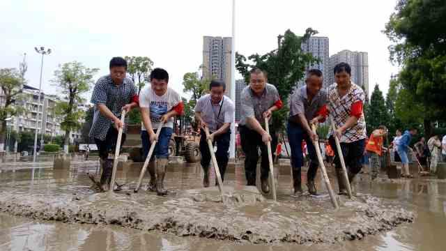 震撼!洪水消退,全城万人参与清淤