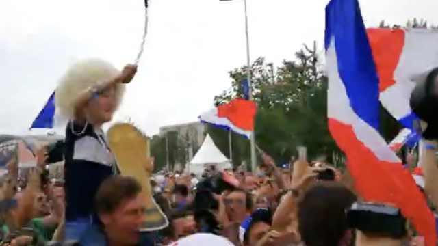 小球迷高声领唱:冲啊!胜利属法兰西