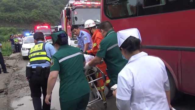 客车与货车迎面相撞,2名司机被困