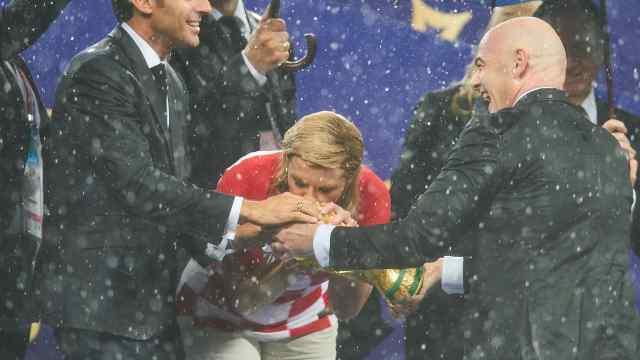 克罗地亚女总统吻别奖杯,满脸不舍