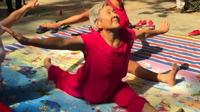 75岁老太高难度劈叉锻炼:病都好了